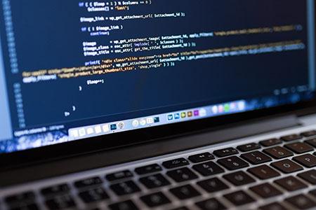 Imagem da tela de um notebook com códigos. Imagem usada como capa para os posts de solução de exercícios.